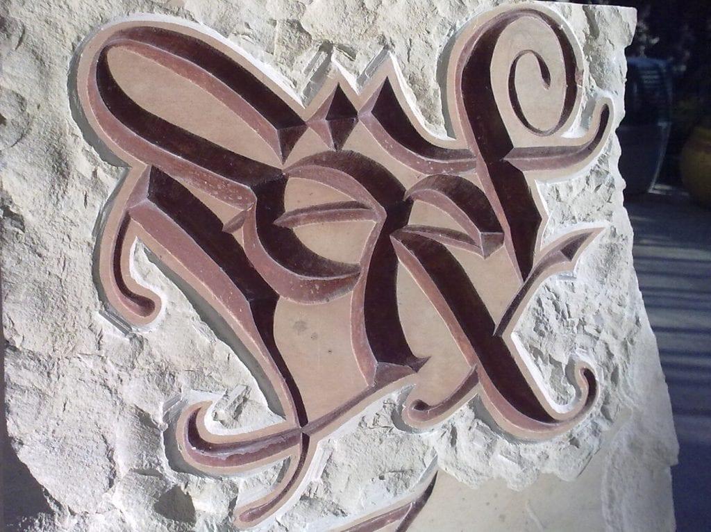 Gravure stylisée dans pierre de Tavel