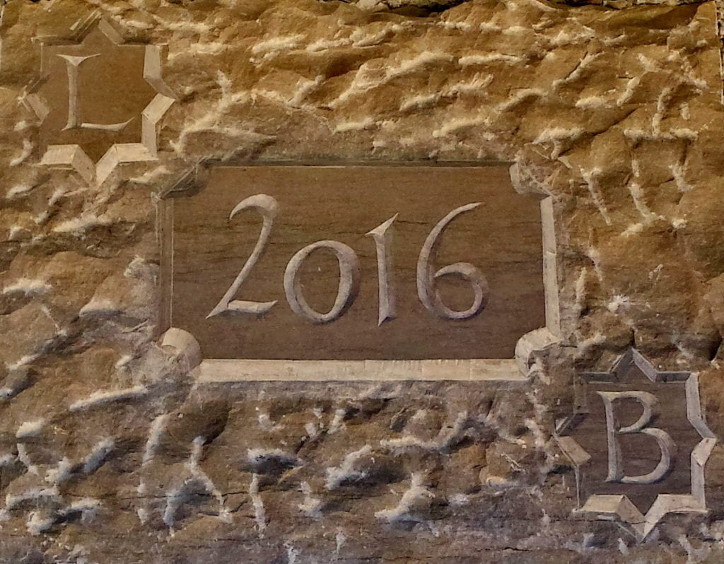 Gravure d'une clé de voûte en pierre froide de Sauclières: Date de construction et initiales.