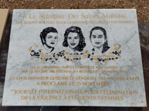 Plaque commemorative ornementée gravure de portraits et police Times