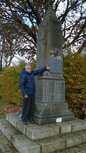 Jean Héméry (ancien combattant AFN de Roudouallec) montrant la nouvelle plaque posée sur le monument aux morts de Roudouallec.