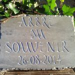 Plaque commémorative en pierre froide de Pompignan, lettres: Rustica, arêtes éclatées