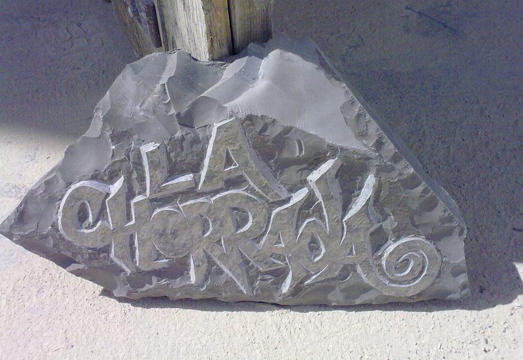 Gravure en relief sur pierre dure de Lozère (calcaire ferme de Montdardier) communément nommé pierre froide du Larzac . Calligraphie style libre