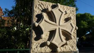 Croix occitane en haut-relief, grès jaune-beige, aspects: fond broché rayonnant, centre layé vertical
