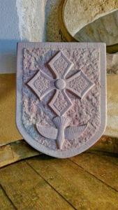 Croix huguenote ou croix protestante, reproduction d'un bas relief réinterprété