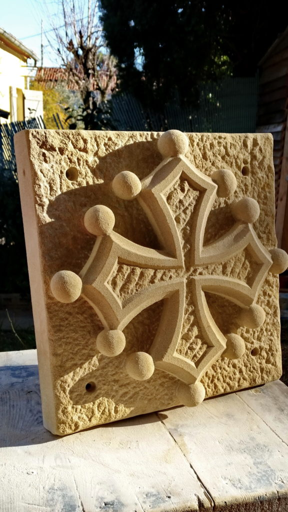 Croix des comtes de toulouse, croix d'occitanie, croix du Languedoc, aspects: fond piqué fin, centre broché diagonale