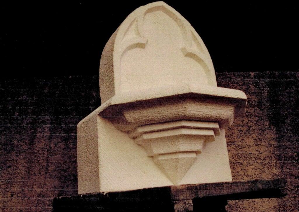Fontaine bénitier en pierre sédimentaire de Castries