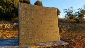 Plaque commémorative ou funéraire en ardoise ou schiste ardoisier, lettres: capitales romaines
