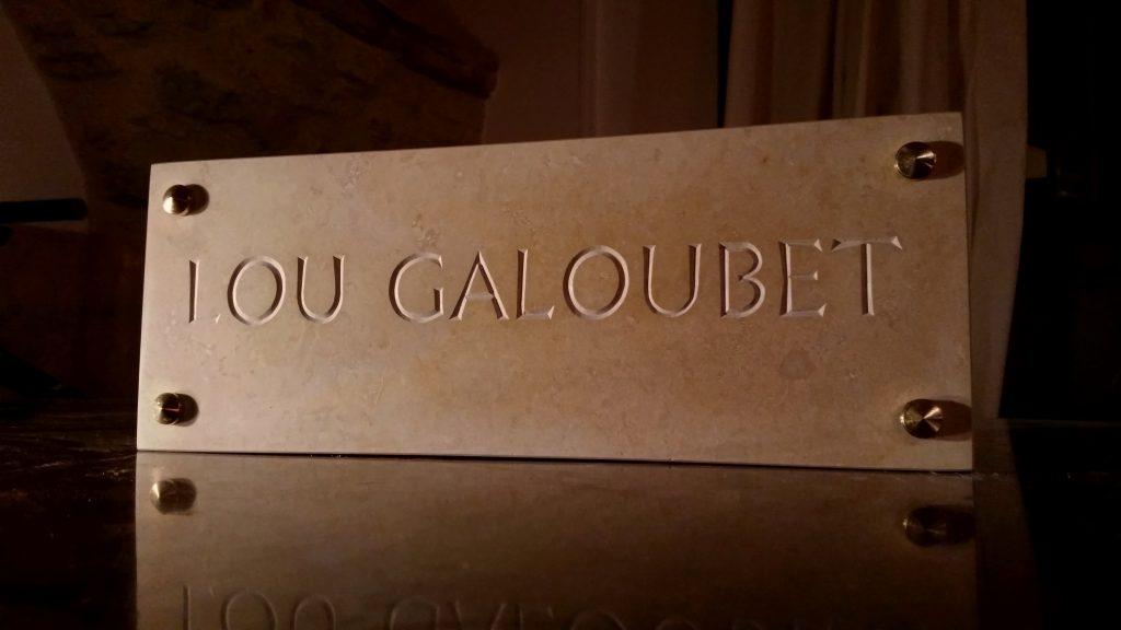 """Plaque de villa en calcaire dur, police contemporaine """"infini romain"""", sans peinture (lettres brutes)"""