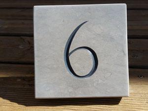 Numéro gravé sans trous de fixation